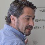 Foto a cores de perfil de Nuno Fragata Marques. Cabelo curto castanho com alguns fios prata. Pelo rosada, barba rasa, olhos castanhos.